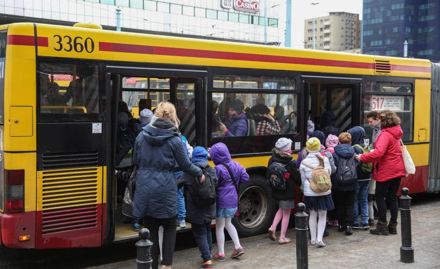 Dzieci na przystanku autobusowym w Warszawie