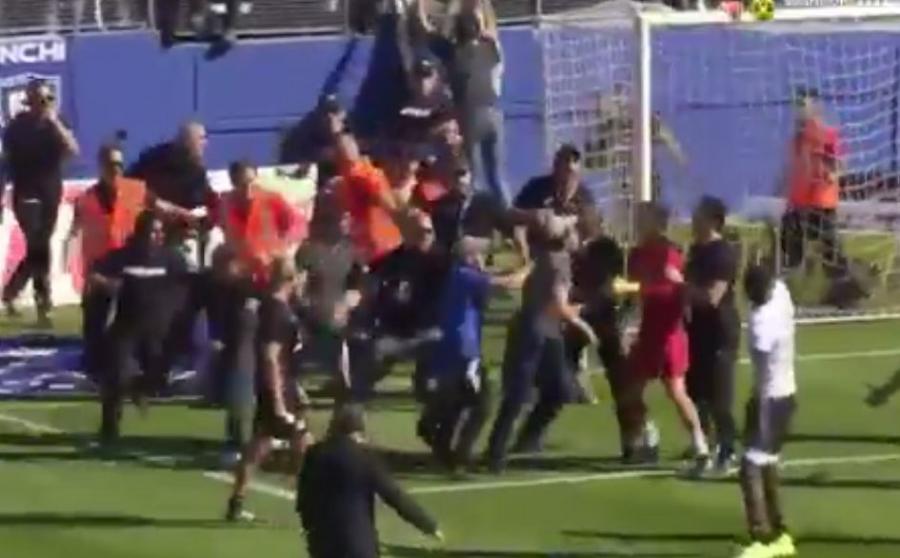 Atak na piłkarzy