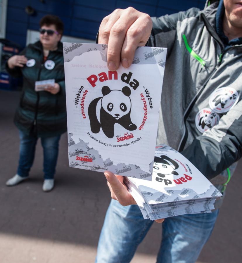 Protestujący pracownicy rozdają ulotki przed jednym z łódzkich hipermarketów