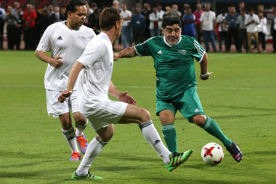 Diego Maradona (w zielonym stroju)