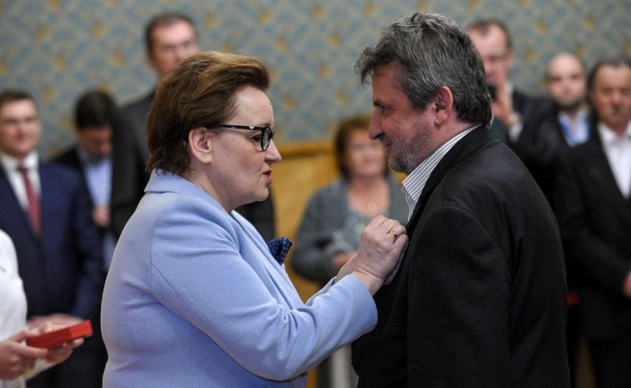 Minister edukacji narodowej Anna Zalewska odznacza Adama Kalitę