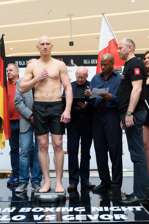 """Krzysztof """"Diablo"""" Włodarczyk i Noel Gevor podczas oficjalnej ceremonii ważenia przed galą bokserską Poznań Boxing Night"""