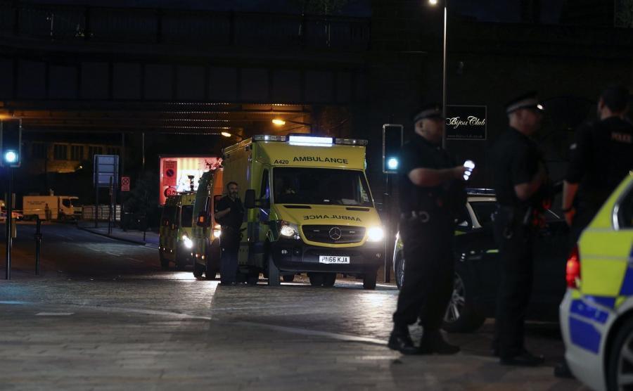 Policja i ratownicy medyczny na miejscu zamachu w Manchesterze