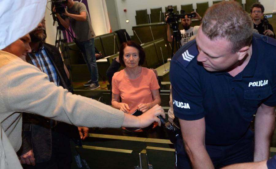 Próba wyszarpnięcia policjantowi broni z kabury