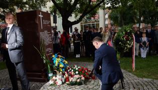Prezydent RP Andrzej Duda składa kwiaty przed gdańskim Pomnikiem Pamięci Ofiar Eksterminacji Ludności Polskiej na Wołyniu w związku z obchodami Dnia Pamięci Ofiar Ludobójstwa