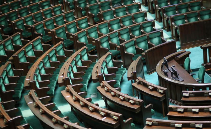 Pusta sala obrad przed posiedzeniem Sejmu