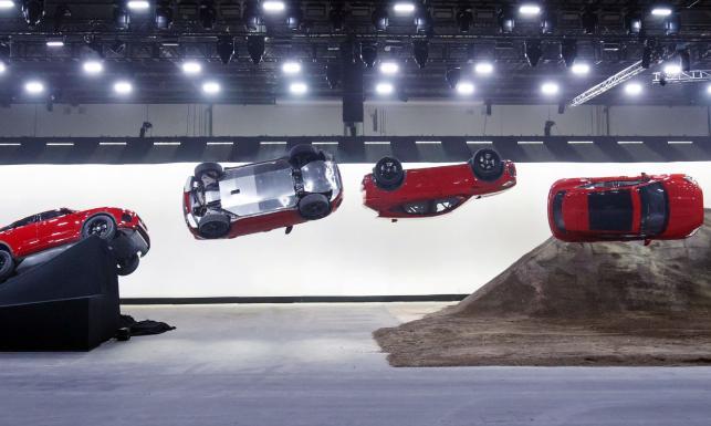 d312f637194eb Jaguar E-PACE zadebiutował. Brytyjczycy zaczynają od mocnego uderzenia.  Przy okazji premiery kaskader Terry Grant za kierownicą najnowszego E-PACE  wykonał ...