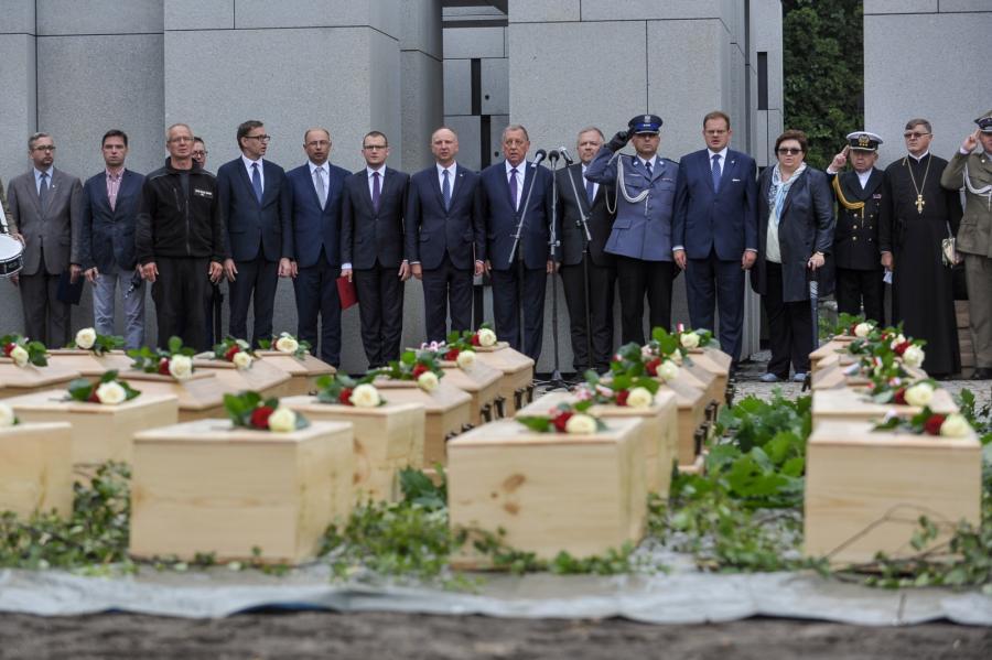 Uroczyste wyprowadzenie szczątków ofiar zbrodni komunistycznych, odnalezionych przez Biuro Poszukiwań i Identyfikacji IPN podczas ostatniego etapu prac ekshumacyjnych