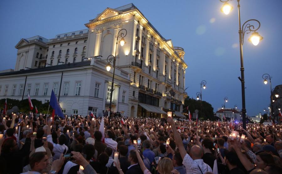 Tłum przed Pałacem Prezydenckim - uczestnicy akcji Łańcuch Światła