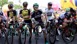 Od lewej: Holender Koen Bouwman i Włoch Enrico Battaglin z LottoNL-Jumbo oraz Polak Rafał Majka i Słowak Peter Sagan z Bora-Hansgrohe