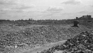 Zniszczenia na terenie byłego getta w Warszawie