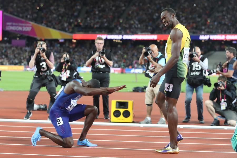 Amerykanin Jason Gatlin (L) został mistrzem świata, a Jamajczyk Usain Bolt (P)