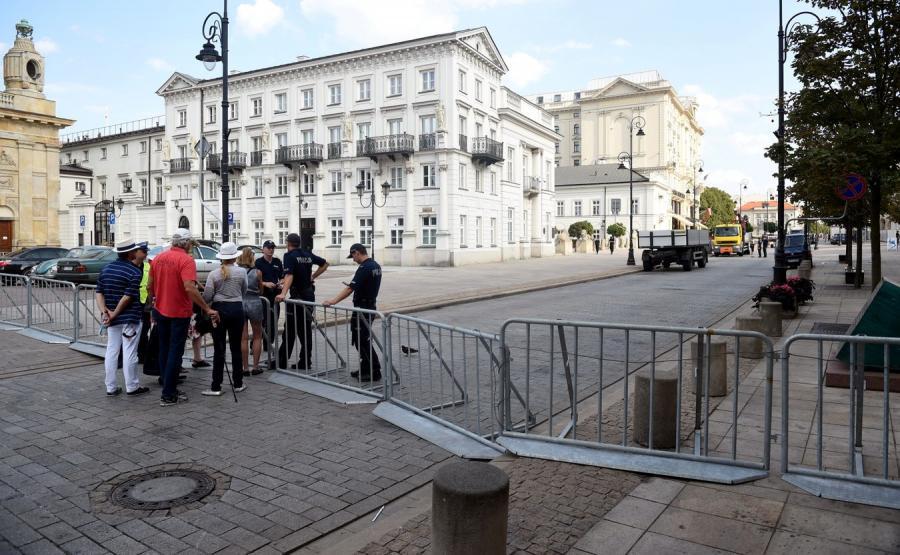 Barierki i policja przy kościele Wizytek w Warszawie