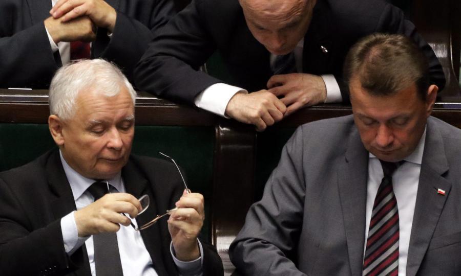 Jarosław Kaczyński podczas bloku głosowań. Obok Mariusz Błaszczak