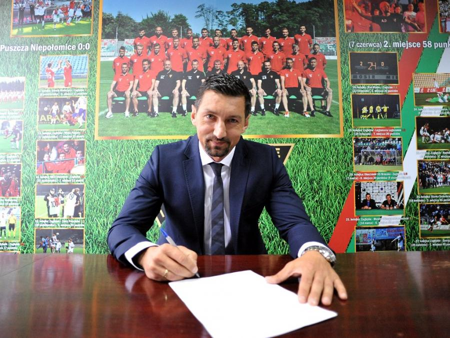 Dariusz Dudek podpisuje kontrakt z Zagłębiem Sosnowiec; fot: oficjalna strona klubu