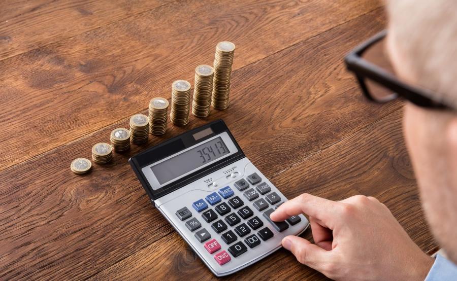Senior z kalkulatorem i pieniądze