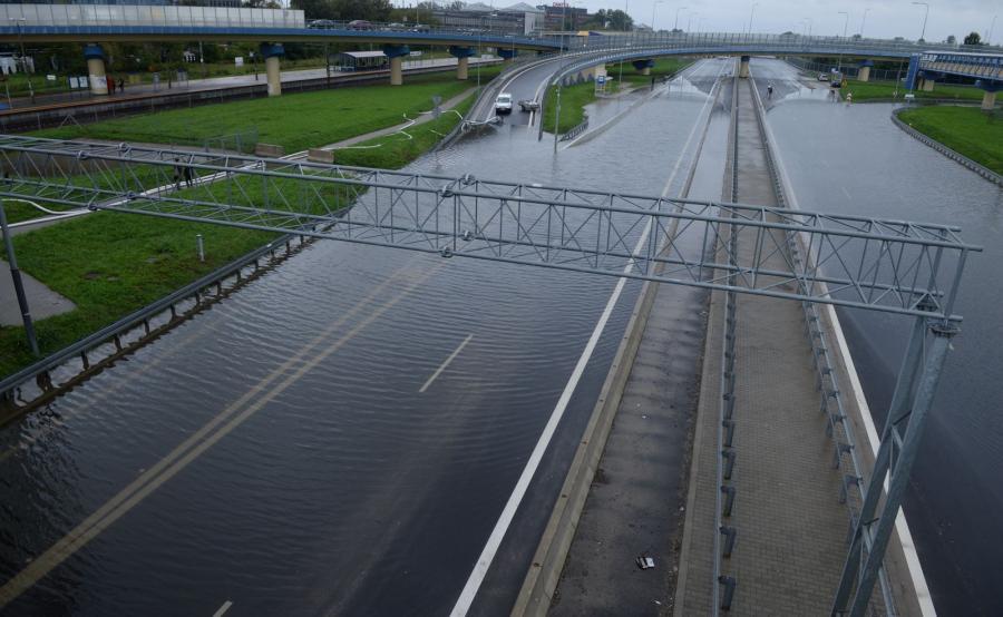 Deszcz zaskoczył kierowców