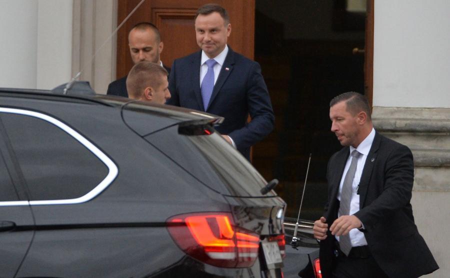 Prezydent Andrzej Duda wychodzi z Belwederu