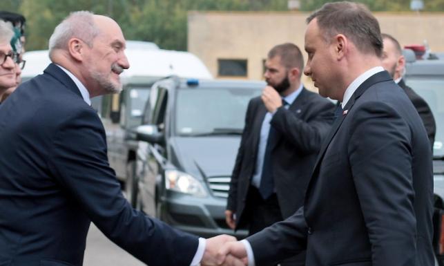 Prezydent Andrzej Duda oglądał ćwiczenia Dragon-17. Przywitał go Antoni Macierewicz [ZDJĘCIA]
