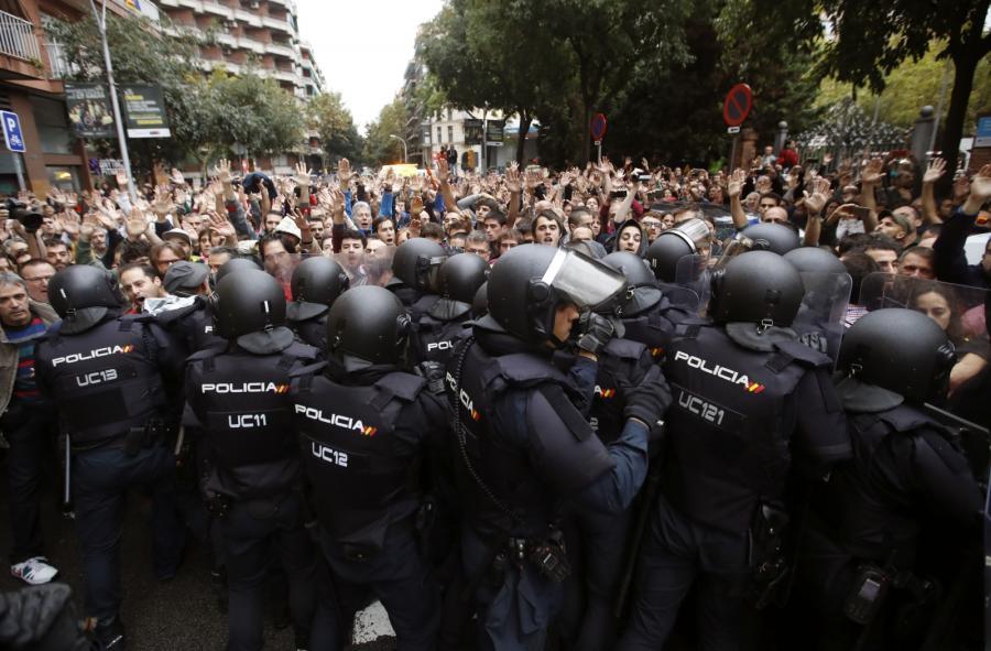 Przepychanki między policją a uczestnikami referendum w Katalonii
