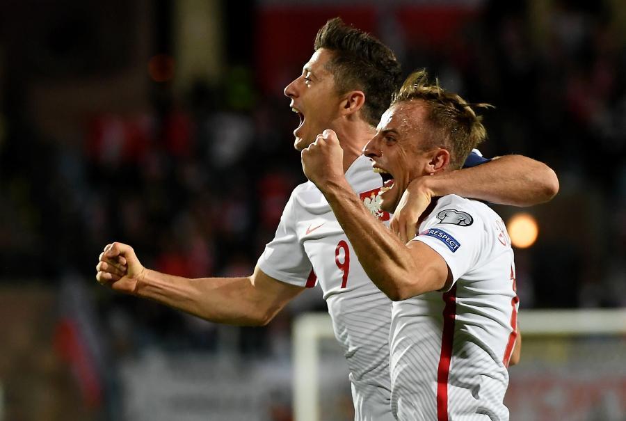 Robert Lewandowski (w głębi) cieszy się z gola z Kamilem Grosickim (przód)