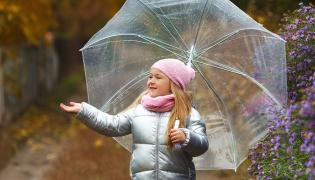 Dziecko na spacerze jesienią