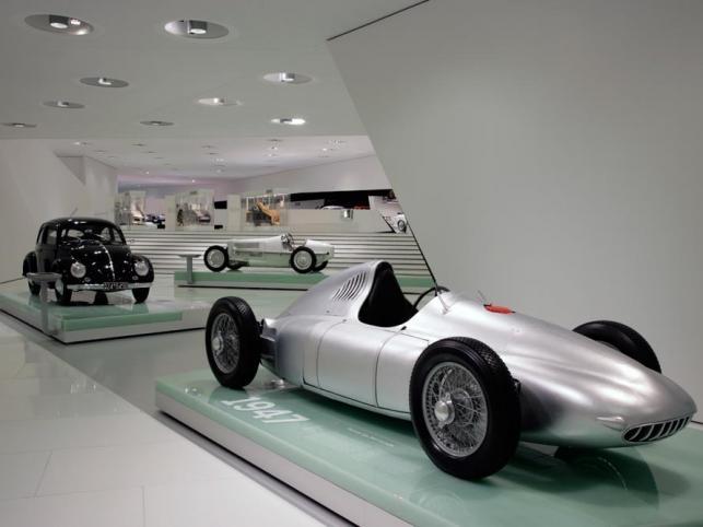 Ekspozycja Prologue – Porsche Typ 360 Cisitalia z roku 1947 (z przodu) i VW Beetle z 1950 r. (z tyłu)
