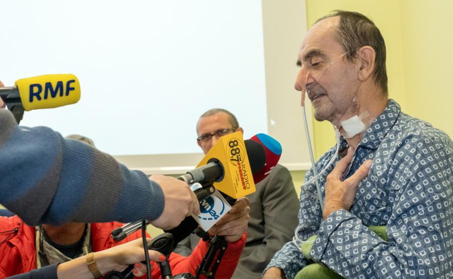 Pan Krzysztof, pacjent, który przeszedł zabieg allotransplantacji, obejmujący drogę pokarmową, oddechową i powłokę skórną, rozmawia z dziennikarzami