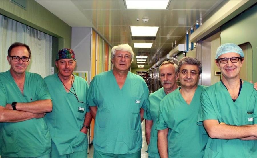 Od lewej: Mario Zanna, Pietro Bagolan, Alessandro InSerra, Sergio Picardo, Adrano Carotti i Marco Spada – lekarze ze szpitala Bambino Gesu, którzy rozdzielili bliźnięta syjamskie
