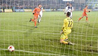 Zawodnik Bruk-Bet Termaliki Nieciecza Łukasz Piątek strzela bramkę z rzutu karnego podczas meczu piłkarskiej Ekstraklasy z Wisłą Kraków