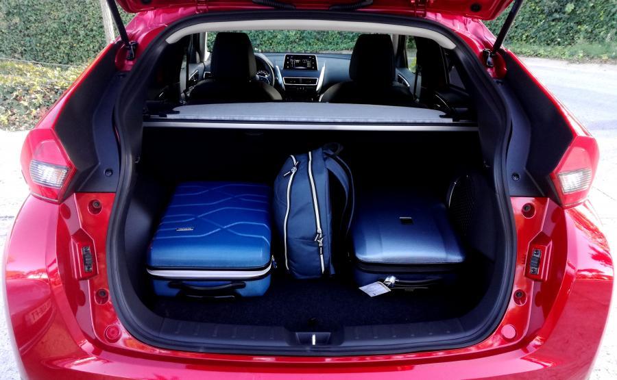 Bagażnik Mitsubishi Eclipse Cross ma regularne kształty i jest ustawny