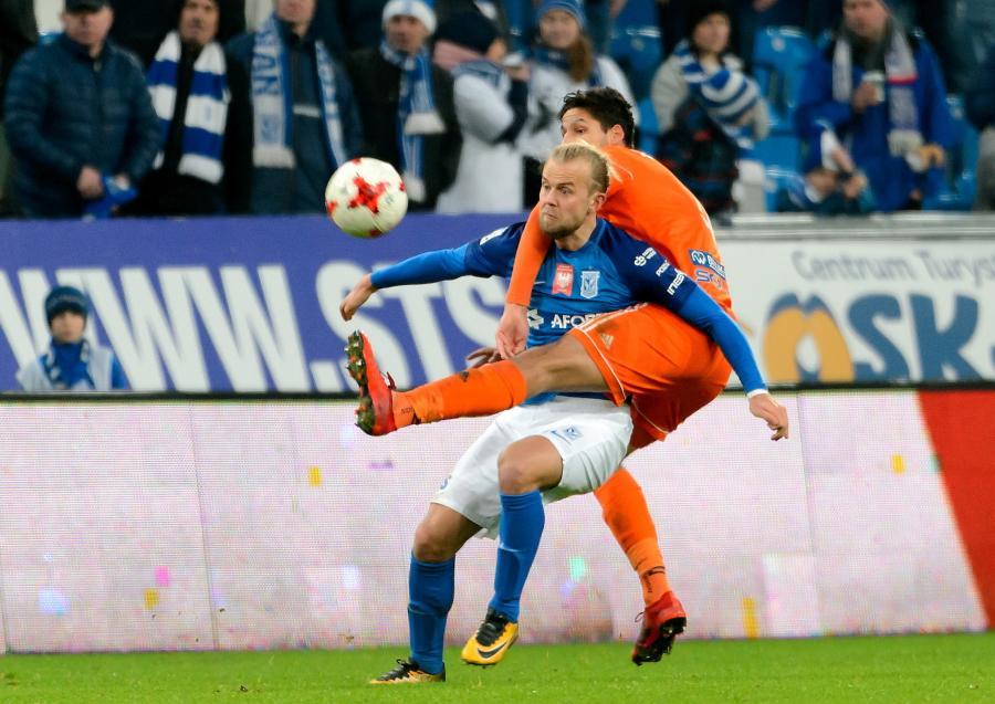 Piłkarz Lecha Poznań Christian Gytkjaer (L) i Akos Kecskes (P) z Bruk-Bet Termaliki Nieciecza