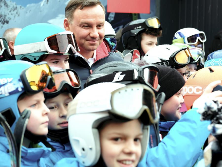 Prezydent Andrzej Duda (C) symbolicznie otworzył należącą do Centralnego Ośrodka Sportu - Ośrodka Przygotowań Olimpijskich kolej linową na Skrzyczne, najwyższą górę Beskidu Śląskiego