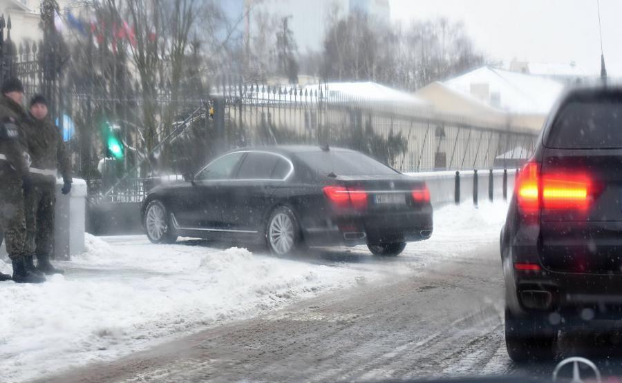 Kolumna aut z Antonim Macierewiczem wjeżdża za bramy ministerstwa