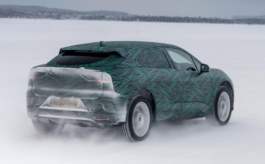W ośrodku testowym, zlokalizowanym w Arjeplog w szwedzkiej Laponii, inżynierowie Jaguara testują zachowanie I-Pace w różnych sytuacjach drogowych na nawierzchni o niskiej przyczepności