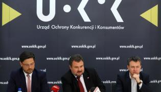 Prezes UOKiK Marek Niechciał (C), wiceprezes UOKiK Michał Holeksa (L) i dyrektor Departamentu Kontroli Koncentracji UOKiK Robert Kamiński (P)