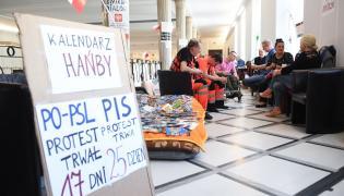W Sejmie trwa protest niepełnosprawnych oraz ich rodziców i opiekunów