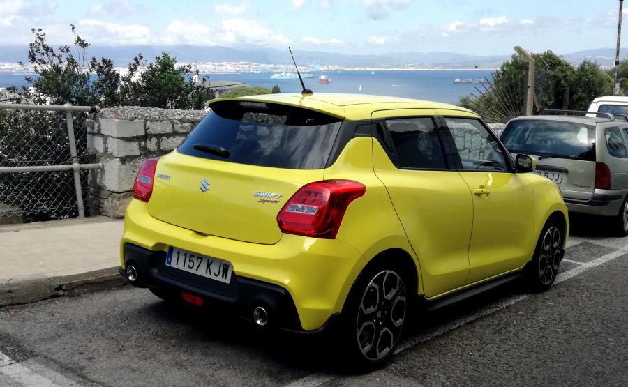Inżynierowie Suzuki postawili na lekką konstrukcję, dlatego 140 KM daje tyle frajdy z jazdy. Konkurencja woli większą masę z coraz mocniejszymi silnikami
