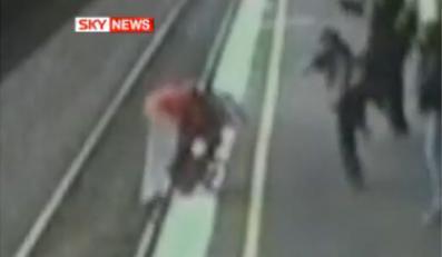 Wózek wpadł pod pociąg. Dziecko przeżyło!