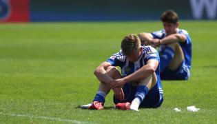 Smutek zawodników Ruchu Chorzów po przegranym meczu piłkarskiej pierwszej ligi z Zagłębiem Sosnowiec