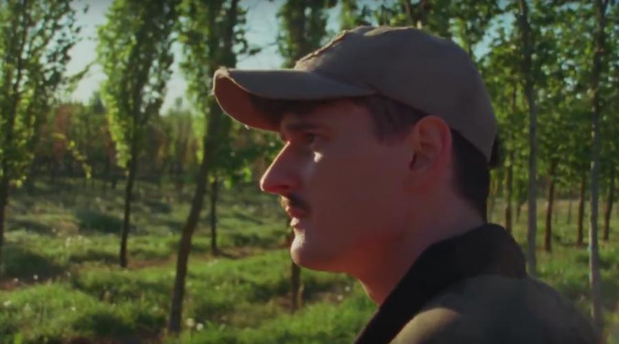 """Dawid Podsiadło w teledysku """"Małomiasteczkowy"""""""