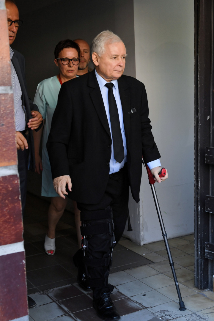 Prezes PiS Jarosław Kaczyński opuszcza Wojskowy Instytut Medyczny