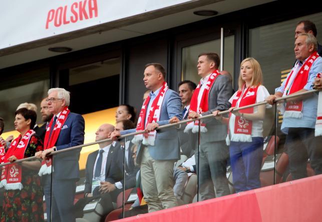 Prezydent Andrzej Duda (C-L), minister sportu i turystyki Witold Bańka (C-P), minister spraw zagranicznych Jacek Czaputowicz (2L) i prezes PKOl Andrzej Kraśnicki (P) na trybunach podczas towarzyskiego meczu piłkarskiego: Polska - Litwa