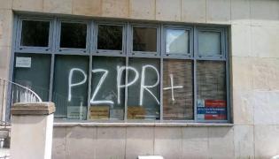 """Napis """"PZPR"""" na siedzibie warszawskiego PiS. Fot. warszawskipis.pl"""