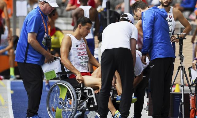 Karol Hoffmann opuścił stadion na... wózku inwalidzkim Wielki pech polskiego trójskoczka