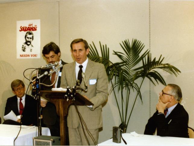 1985: Inauguracja Solidarity Endowment. Andrzej Czuma przemawia w jednej z sal Kongresu USA