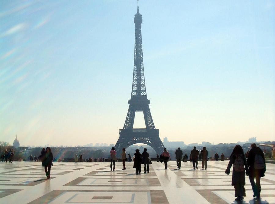 Zakochani Polacy pędzą do Paryża