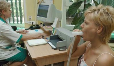 27.07.2006 KOSZALINSpecjalistyczny Zespol Gruzlicy i Chorob Pluc.N/z zabieg spirometri, ktory polega na badaniu diagnostycznym, polegajacy na okresleniu mozliwosci oddechowych oacjenta, a takze ma zastosowanie przy wystepowaniu astmy.Fot. RADEK KOLESNK/KFP