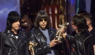Legendarni Ramonesi odbierają z rąk Bono nagrodę MTV (2001 r.)