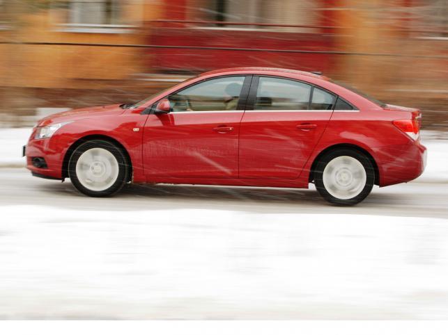 Stylistyka to zdecydowanie najmocniejszy atut kompaktowego modelu cruze. W końcu auto z logo Chevroleta wygląda jak na Amerykanina przystało.